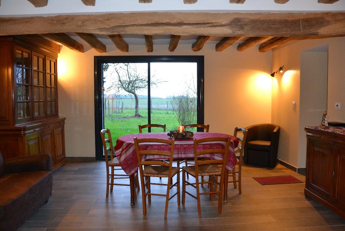 Coin salle à manger, avec vue sur le jardin, en hiver